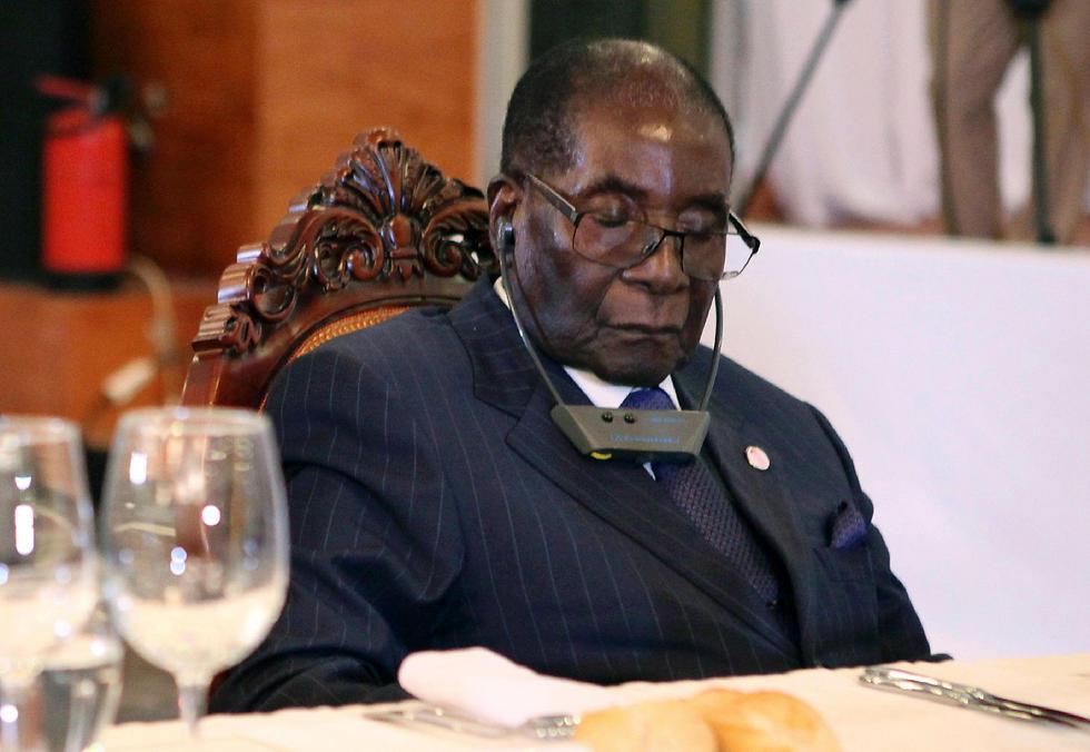 מוגאבה בעוד עצימת עיניים שגרמה להרמת גבות (צילום: AFP) (צילום: AFP)