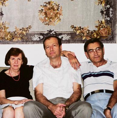 """איתן (במרכז) עם הוריו. """"היו בבית כל התסמינים של ניצולי שואה"""""""