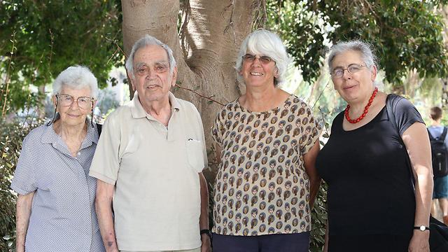 """עם אשתו ובנותיו (צילום: אניברסיטת ת""""א)"""