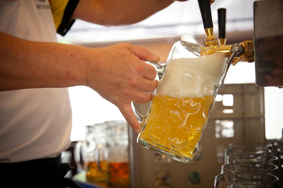 במקום בירה מסחרית מהסופר - בירה ביתית שיוצרה עם המון אהבה (צילום: תום להט)