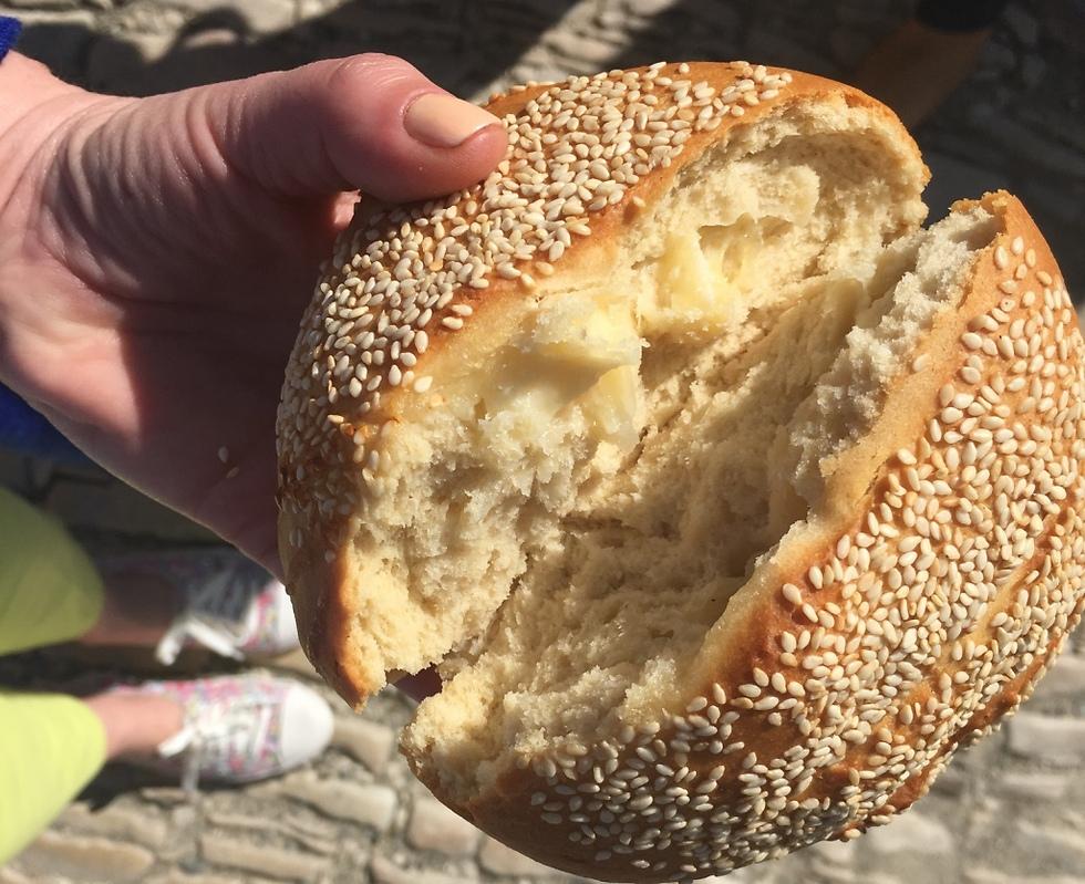 המיטב של קפריסין. לחם ממולא בגבינת חלומי (צילום: לין לוי)