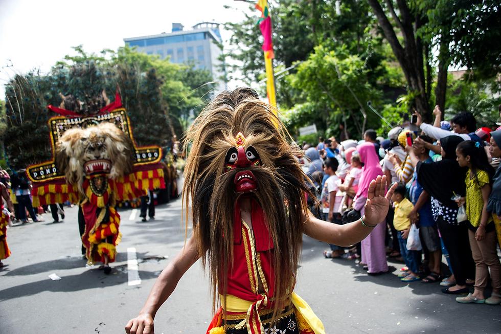 מצעד רחוב באינדונזיה (צילום: AFP)