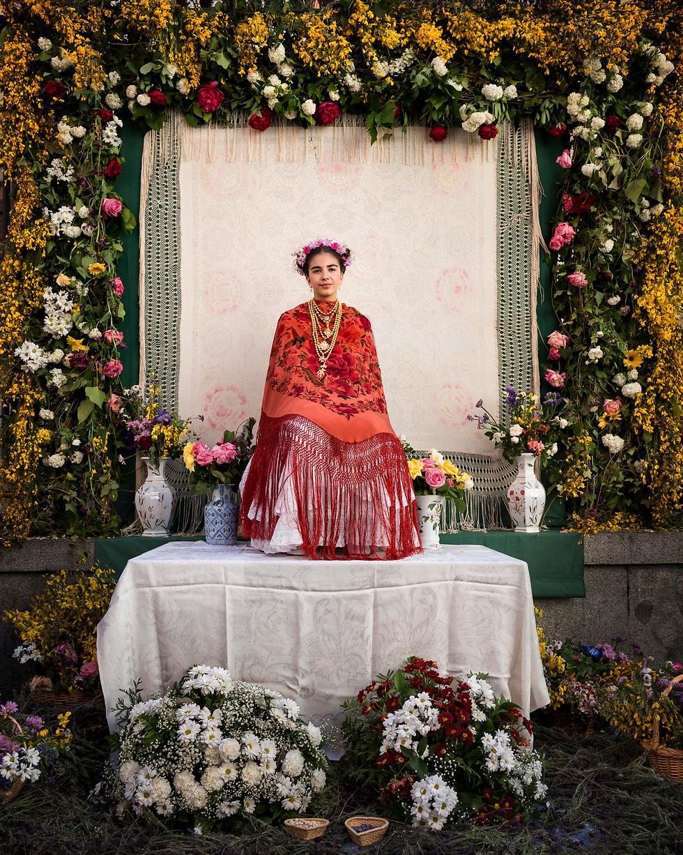 """נערת """"מאיה"""" יושבת במזבח במדריד, ספרד (צילום: AP)"""