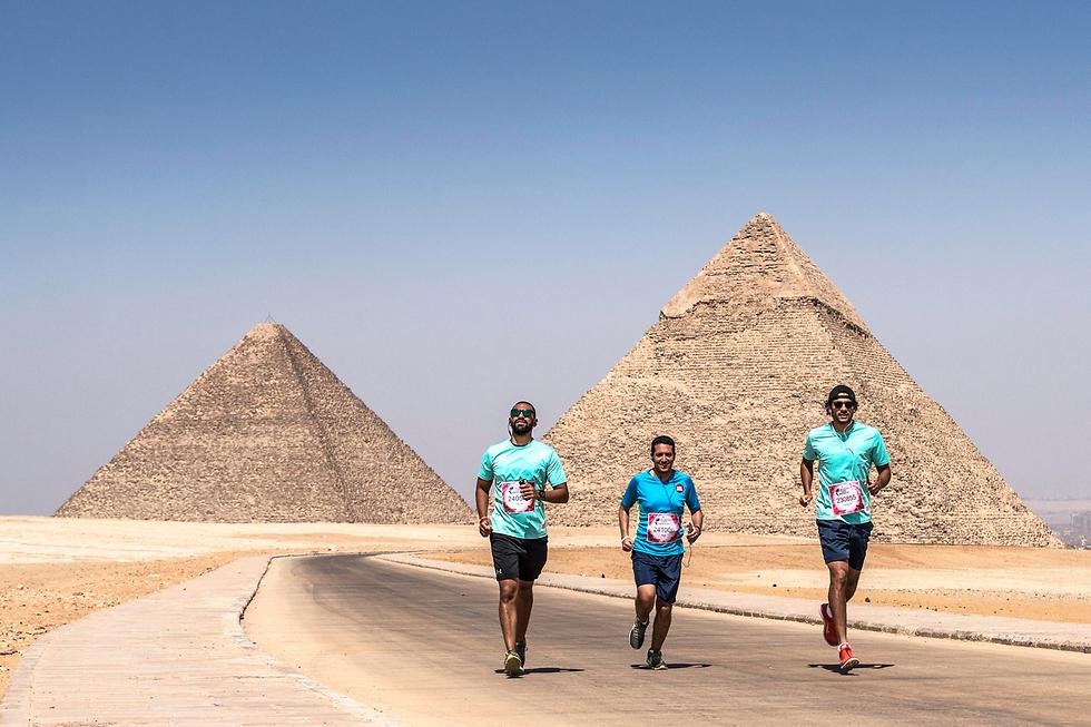 מרוץ צדקה ליד הפירמידות בקהיר, מצרים (צילום: EPA)