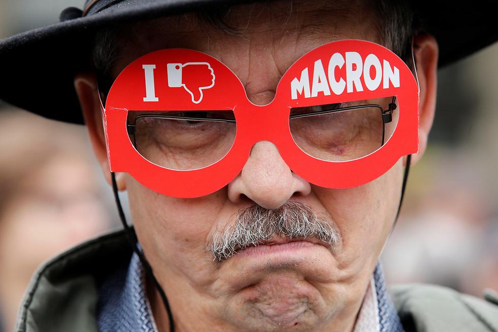 מפגין מוחה על תוצאות הבחירות בצרפת, שבהן ניצח עמנואל מקרון (צילום: רויטרס)
