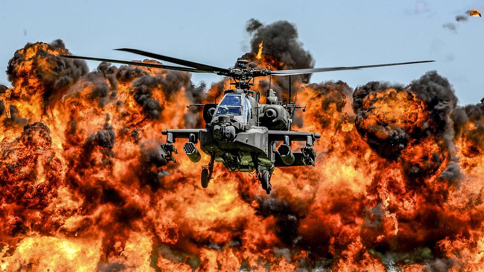 """מסוק תקיפה וקיר אש במפגן של המשמר הלאומי בדרום קרוליינה, ארה""""ב (צילום: רויטרס)"""