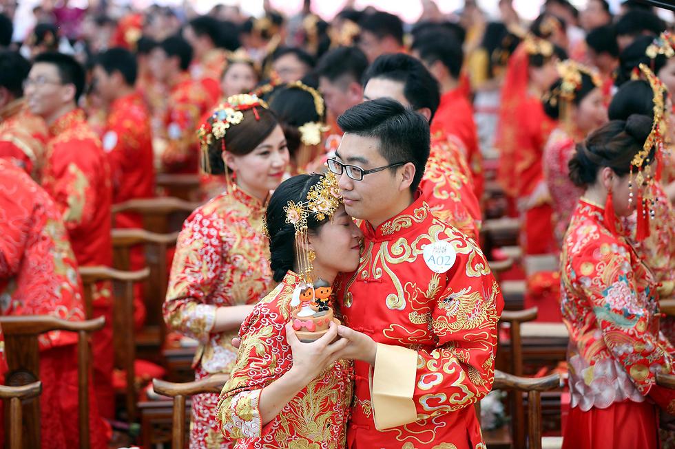 חתונה המונית במטה חברת עליבאבא בסין (צילום: רויטרס)