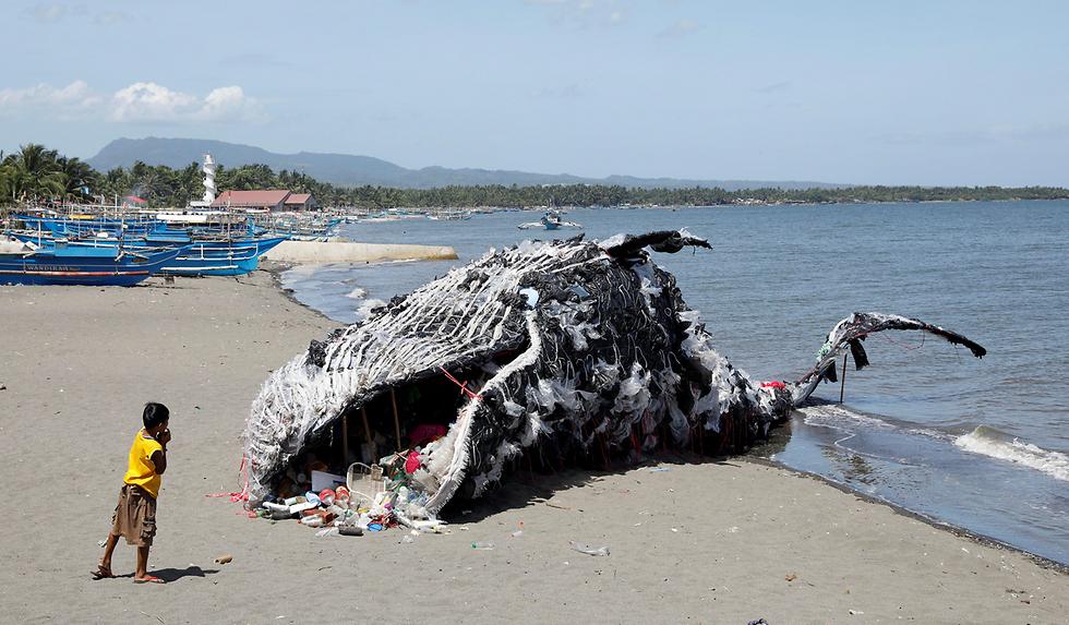 לווייתן עשוי אשפת-פלסטיק בפיליפינים. פעילים למען איכות הסביבה אחראים למיצג המחאה (צילום: רויטרס)
