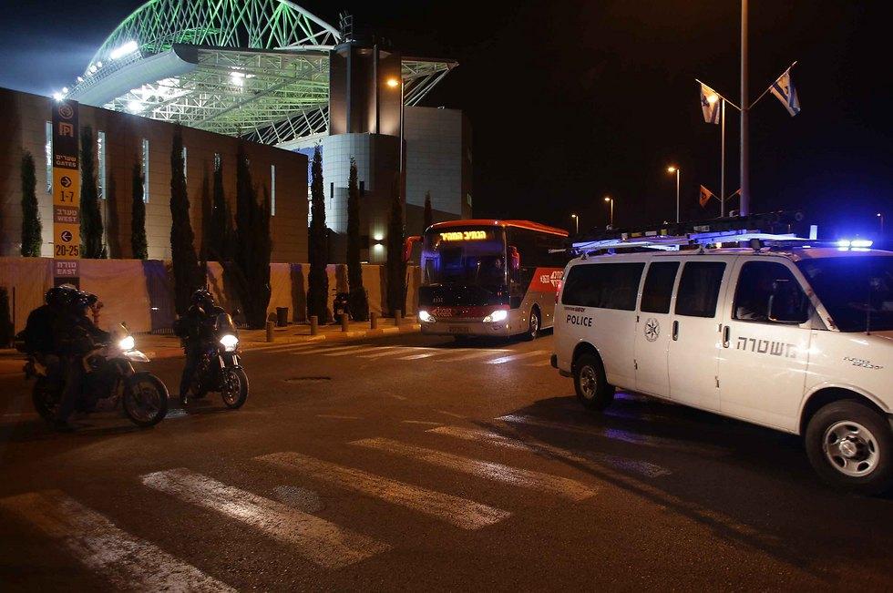"""שוטרים סביב האוטובוס של הפועל ת""""א. תפקוד המשטרה צריך להשתפר (צילום: ראובן שוורץ)"""