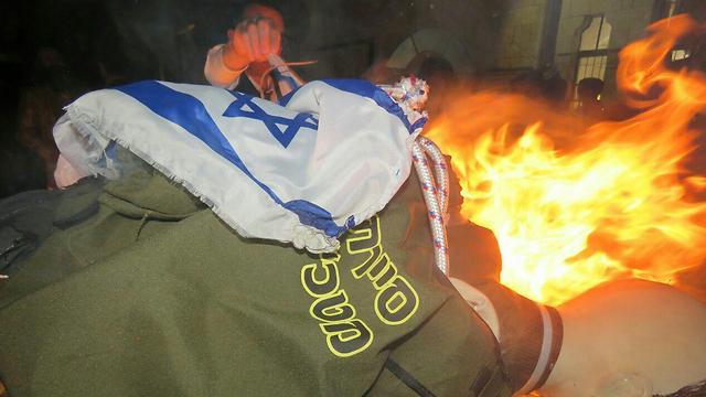 Effigy of IDF soldier set ablaze in Mea Shearim (Photo: Haim Goldberg)