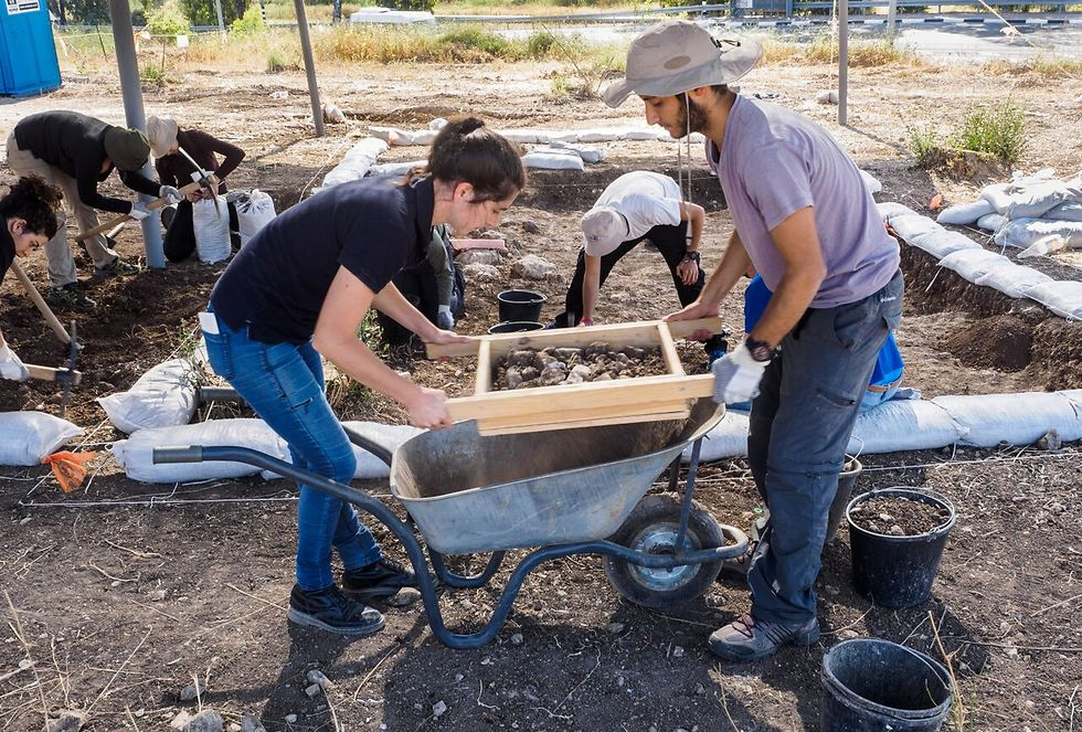 חניכי המכינה הקדם צבאית חנתון משתתפים בחפירת רשות העתיקות בכביש 38 (צילום: אסף פרץ, רשות העתיקות)
