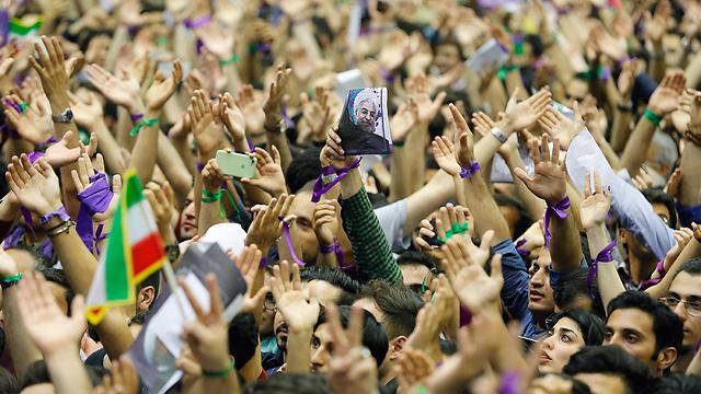 תומכי רוחאני בעצרת בחירות אתמול (צילום: EPA) (צילום: EPA)