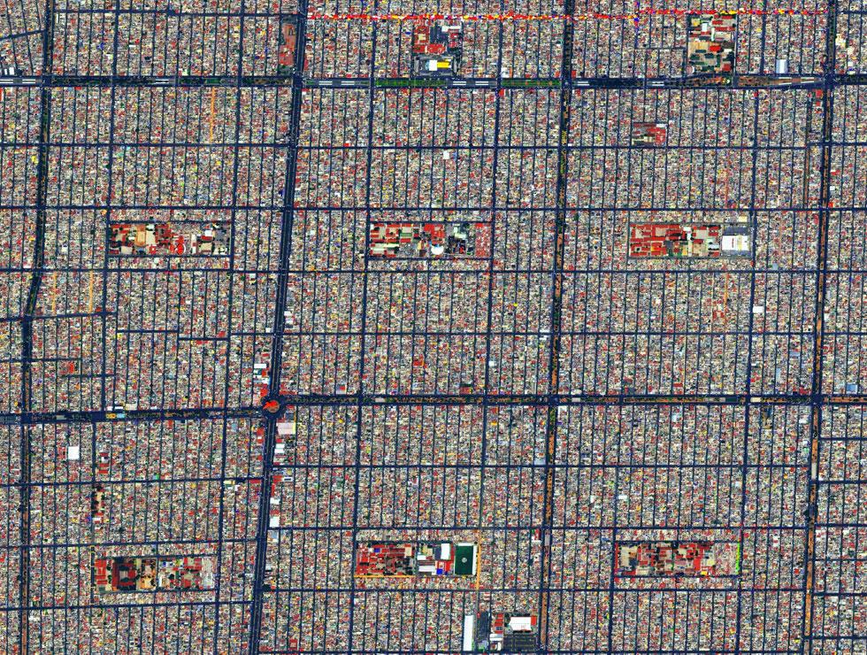 מקסיקו סיטי. כל תמונה מגיעה מחברת הלוויינים בחתיכות, וגרנט מחבר בין השכבות, מסובב אותן, חותך אותן ועובד עליהן בפוטושופ - עד שמתקבלת תמונה אחת ברורה (צילום: By Daily Overview, Satellite imagery © DigitalGlobe)