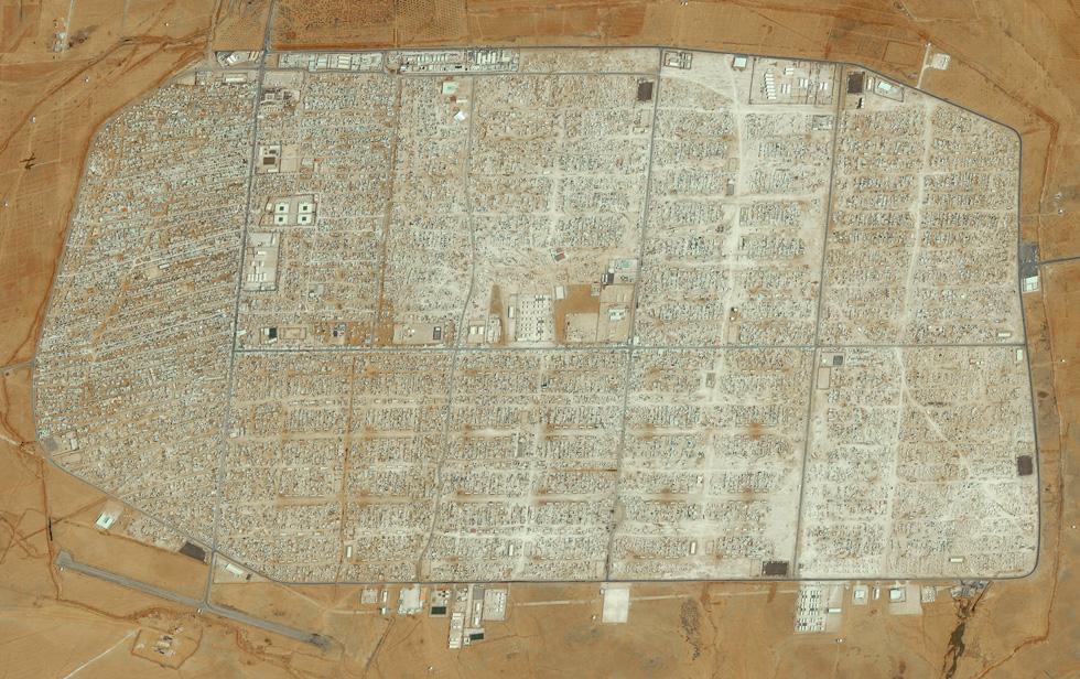 מחנה פליטים סורים בירדן. ביולי 2012 המקום היה מדבר. היום הוא עיר של 80 אלף פליטים (צילום: By Daily Overview, Satellite imagery © DigitalGlobe)