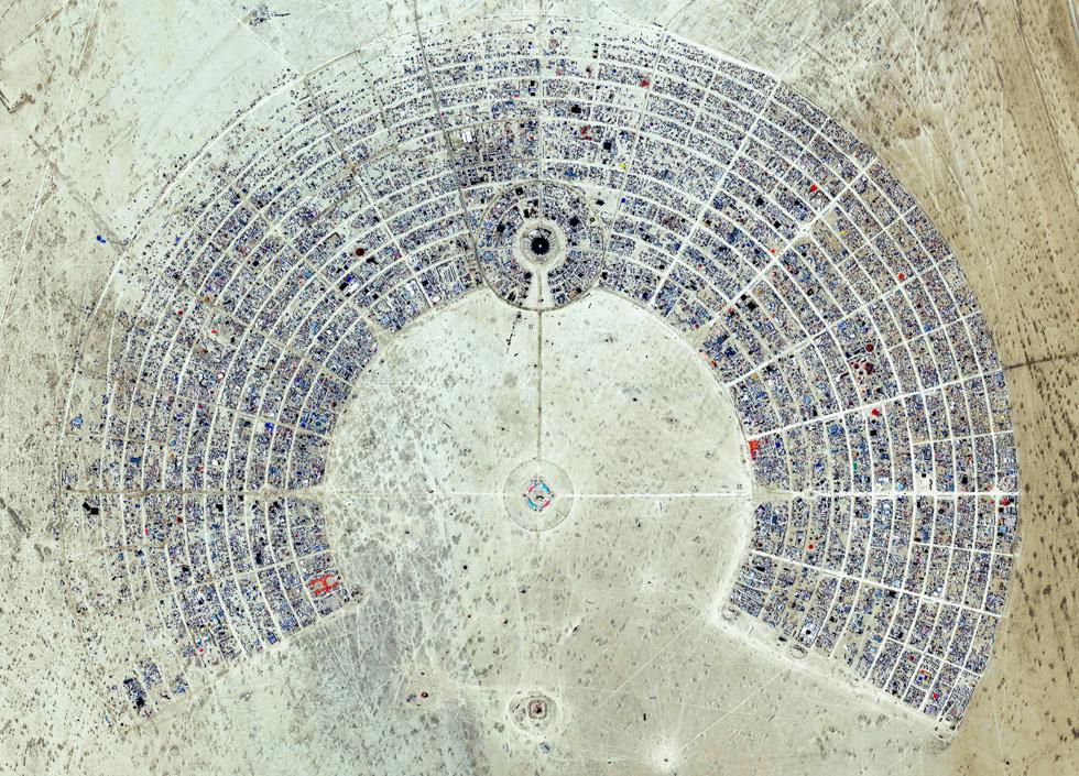 ה''ברנינג מן''. העיר מפורקת בתום הפסיבל, והמארגנים דוגלים בהחזרת המדבר למצבו הקודם, ללא סימן וזכר (צילום: By Daily Overview, Satellite imagery © DigitalGlobe)