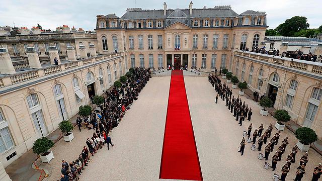 השטיח האדום בכניסה לארמון (צילום: AFP)