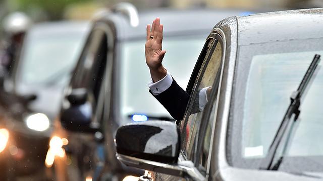 הנשיא הנכנס מנופף בידו בכניסה לארמון האליזה (צילום: AFP)