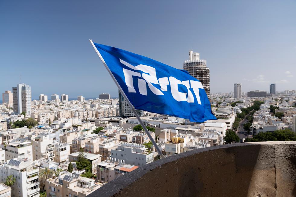 גג ''מצודת זאב'' ברחוב המלך ג'ורג' בתל אביב, השבוע. דגל ''הליכוד'' מתנוסס מעל אחד הרחובות המרכזיים בתל אביב (צילום: גדעון לוין)
