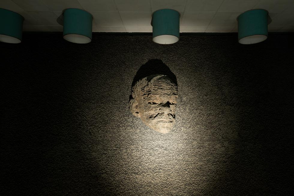 הפסל הנודע יצחק דנציגר (''נמרוד'') יצר את פסלו של ז'בוטינסקי כתבליט טופוגרפי של נוף (צילום: גדעון לוין)