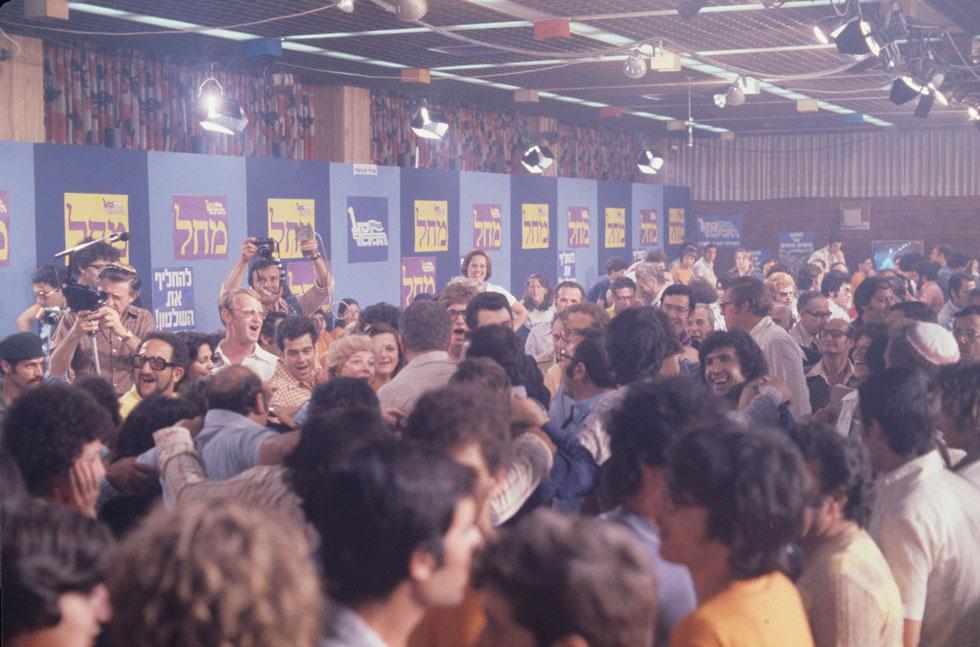 מאות חוגגים בליל המהפך באולם ''עצמאות'' במצודת זאב. עשור קודם לכן נחנך הבניין, ששידרג את התנועה הרוויזיוניסטית מצריף קטן (צילום: דוד רובינגר)
