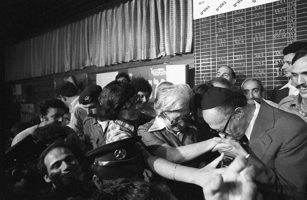 בגין מנשק את ידה של אשתו, עליזה בגין, במחווה פיזית שהייתה אחד מסמליו (צילום: דוד רובינגר)
