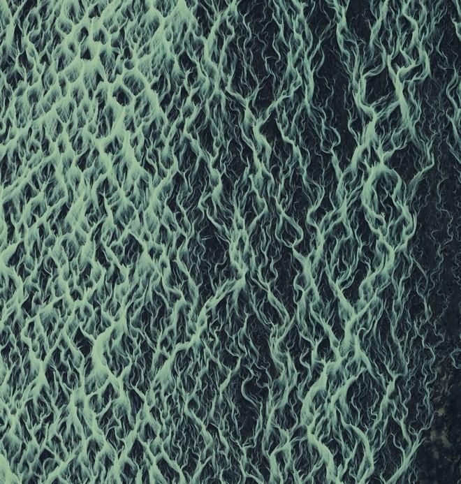 מה זה, לעזאזל? קרחון שנמס באיסלנד (צילום: By Daily Overview, Satellite imagery © DigitalGlobe)