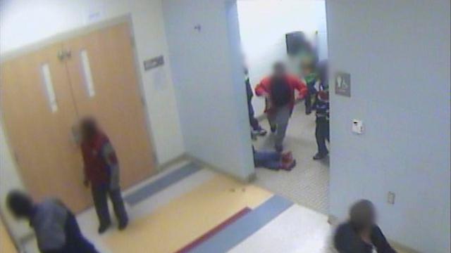 גבריאל שוכב על רצפת בית הספר לאחר שהוכה על ידי אחד התלמידים (צילום: AP) (צילום: AP)