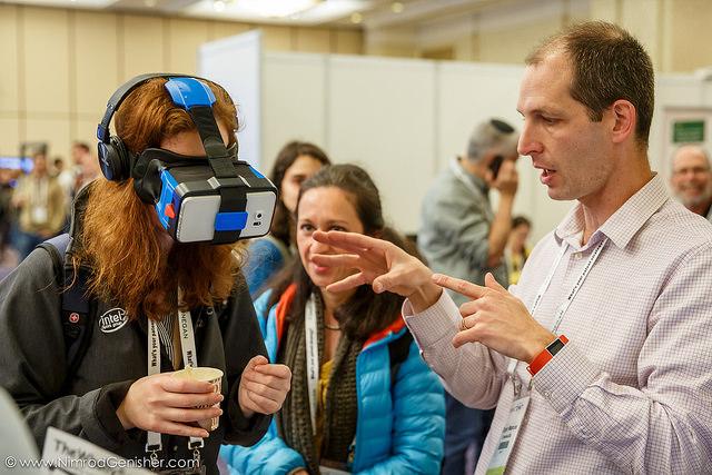 מרקוס מציג התנסות עם המוצר במהלך תערוכה בתל אביב ()
