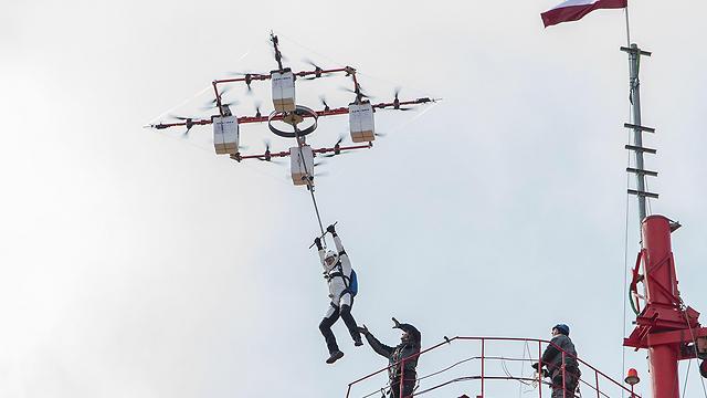 ממריא (צילום: AFP PHOTO / AERONES)