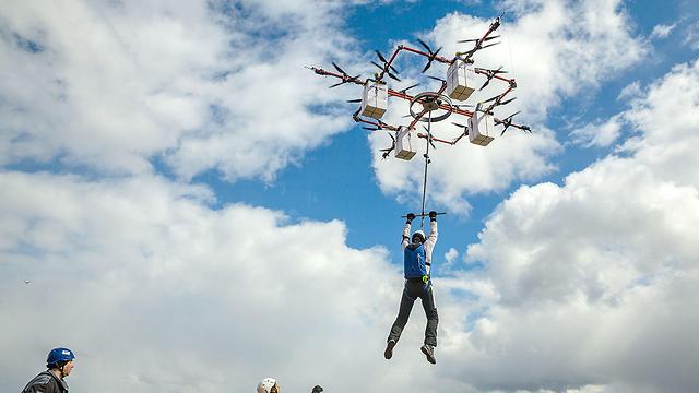 מטפס אל על (צילום: AFP PHOTO / AERONES)