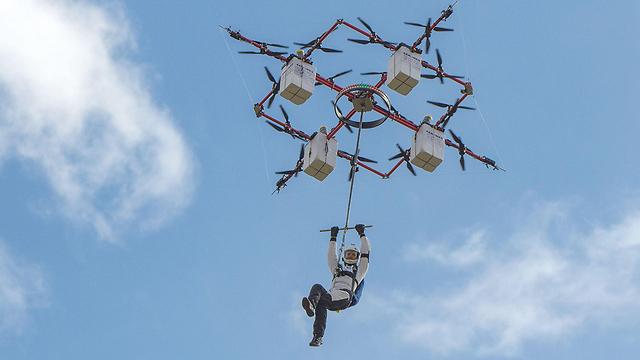 באוויר, לפני פתיחת המצנח (צילום: AFP PHOTO / AERONES)