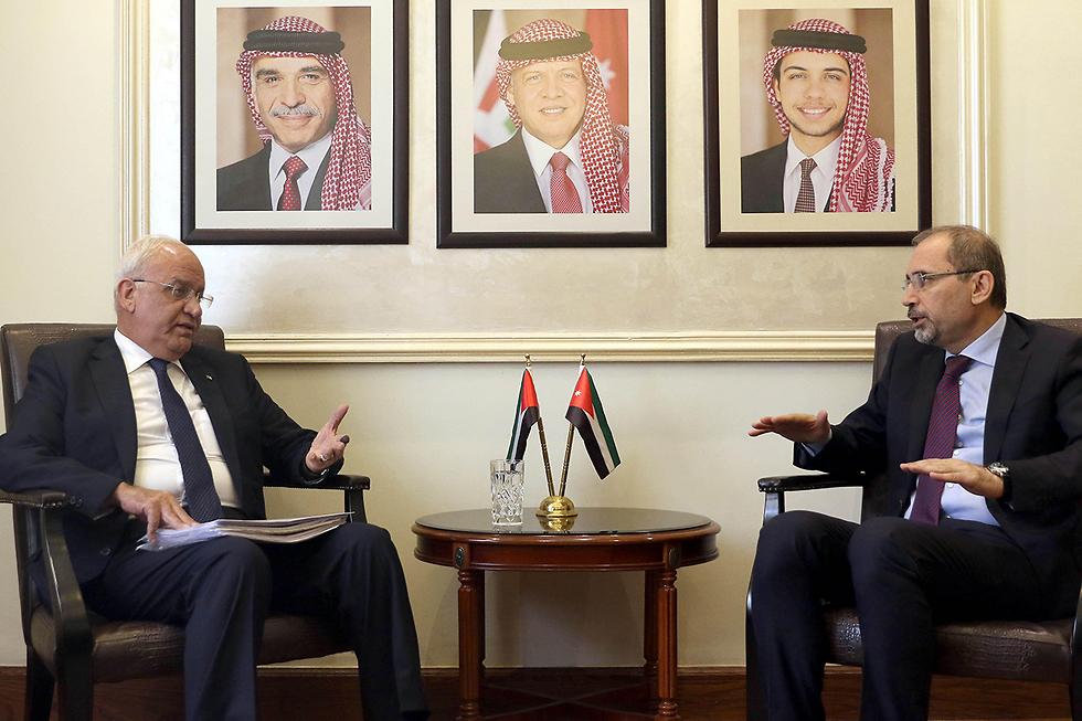 Министр иностранных дел Иордании с Арикатом. Фото: AFP