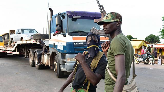 שידור חוזר של המרידה בינואר. חיילים מורדים בעיר בואקה (צילום: AFP) (צילום: AFP)
