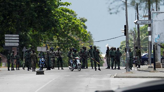 חיילים מורדים בבירה המסחרית אביג'אן (צילום: רויטרס) (צילום: רויטרס)