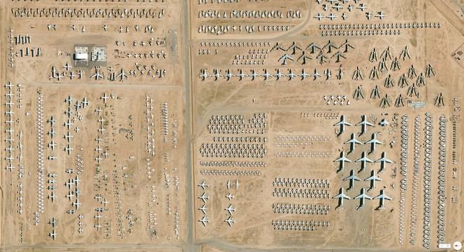 """שלדי מטוסי B-52 שיצאו משירות בבסיס חיל האוויר דיוויס מונהם. טוסון, אריזונה, ארה""""ב. צילום הבכורה של גרנט (צילום: By Daily Overview, Satellite imagery © DigitalGlobe)"""