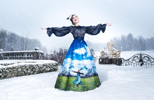 """מחווה ל""""צלילי המוזיקה"""". מיס אוסטריה בשמלה של אביעד אריק הרמן (צילום: Ines Thomsen Photography)"""