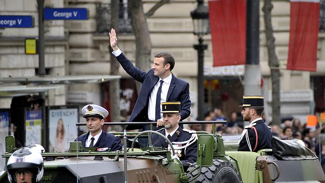 על הקומנדקר. נשיא צרפת עמנואל מקרון בשאנז אליזה בפריז לאחר השבעתו (צילום: MCT)