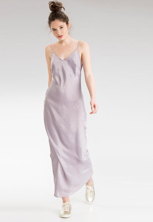 שורט סטורי. בתמונה: שמלה ב-249 שקל במקום 749 שקל (צילום: דנה קרן)