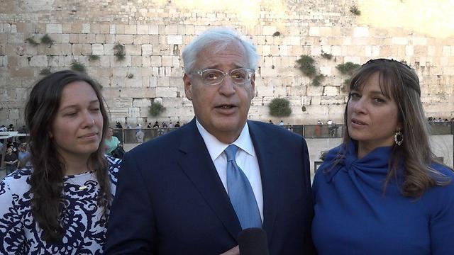 פרידמן עם אשתו תמי ובתו טליה (צילום:  Ziv Sokolov/U.S. Embassy Tel Aviv)