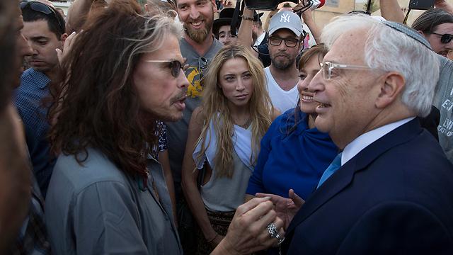 השגריר האמריקני עם סטיבן טיילר (צילום: AP)