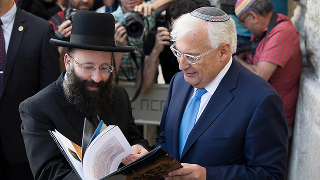 עם רב הכותל שמואל רבינוביץ' (צילום: EPA)
