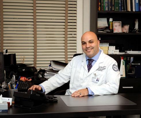 """ד""""ר זינגר במשרדו בבית החולים. """"לקח לי חמש דקות לשמור את המטען הגנטי שלי"""" (צילום: רבקה זינגר)"""