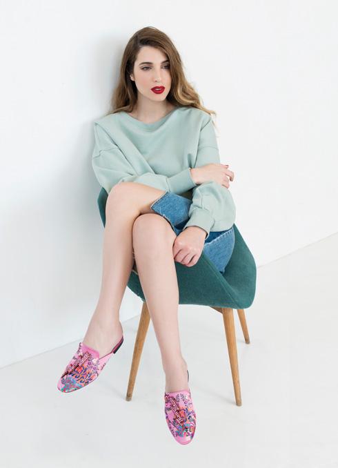 כפכפים, 400 שקל, מנגו. חולצה, 199 שקל, H&M. חצאית ג'ינס, 229 שקל, מנגו (צילום: עדו לביא, סטיילינג: תמי ארד-ברקאי)