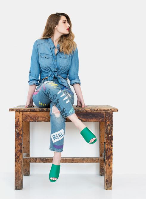 כפכפים, 129 שקל, H&M. ג'ינס, 179 שקל, סטרדיווריוס. חולצת ג'ינס, 140 שקל, קסטרו (צילום: עדו לביא, סטיילינג: תמי ארד-ברקאי)