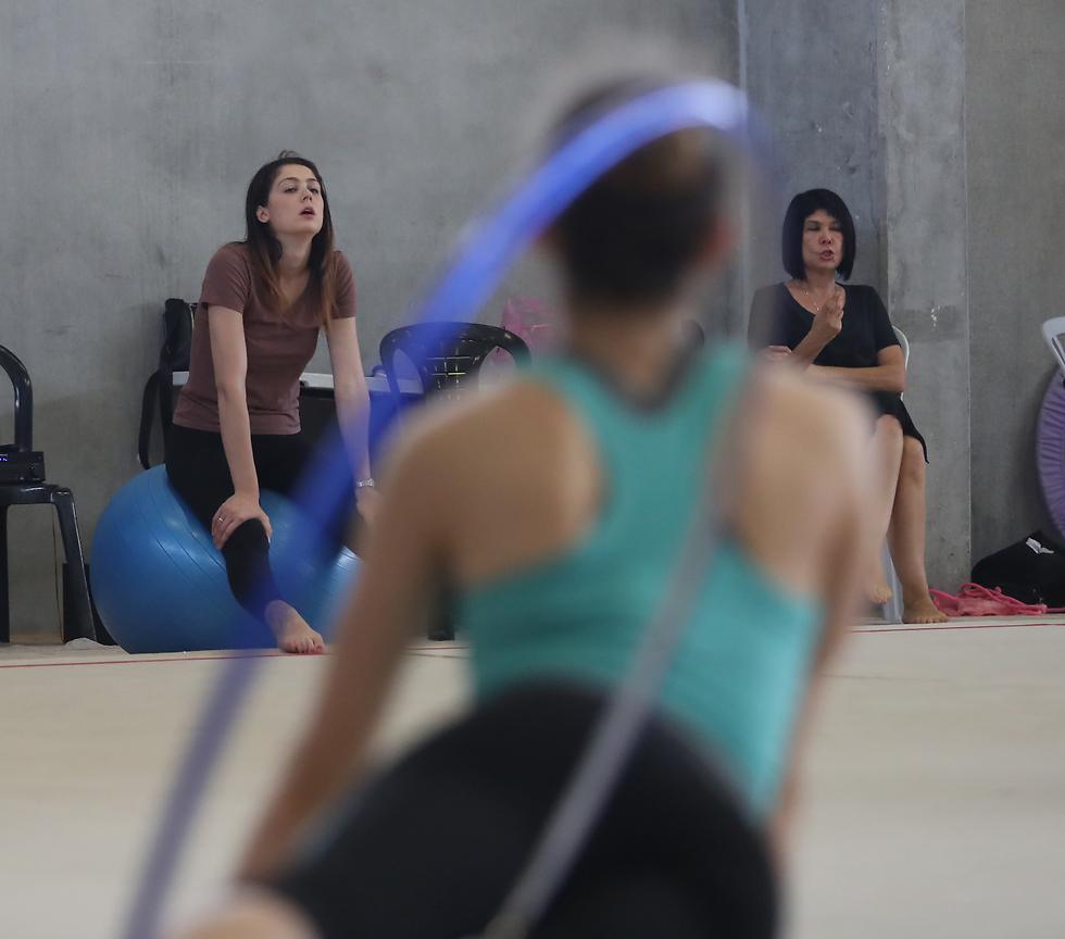 """""""יש חילוקי דעות מקצועיים כמו לכל צוות"""". אירה ורחלי יושבות באימון (צילום: אורן אהרוני)"""
