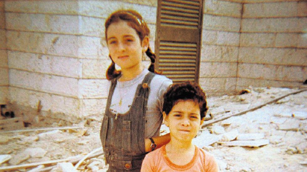 יפעת בילדותה עם אחותה (צילום: מתוך האלבום המשפחתי)