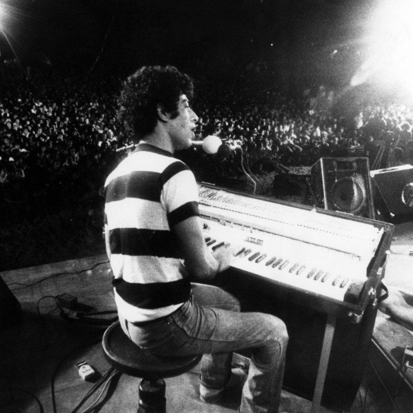 אריאל זילבר מול קהל של אלפים על החוף, בפסטיבל בנואיבה ב־77'