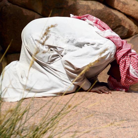 מחמוד משבט ג'בליה עוצר לתפילה. אסור לזר ללכת לבד באזור ההרים, גם אם הוא מכיר את שביליו עוד לפני המדריך הבדואי הצעיר