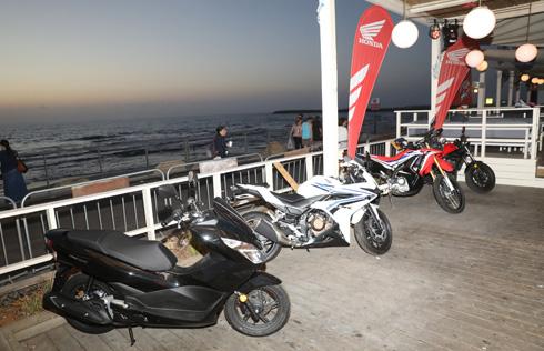 מחממים מנועים. אופנועי X-ADVENTURE של הונדה (צילום: רפי דלויה)