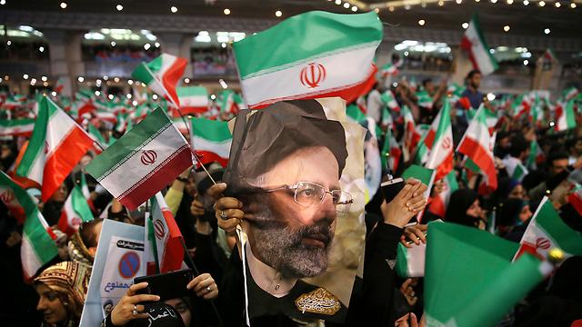 תומכי ראיסי בהפגנת כוח אחרונה לפני הבחירות (צילום: AP)